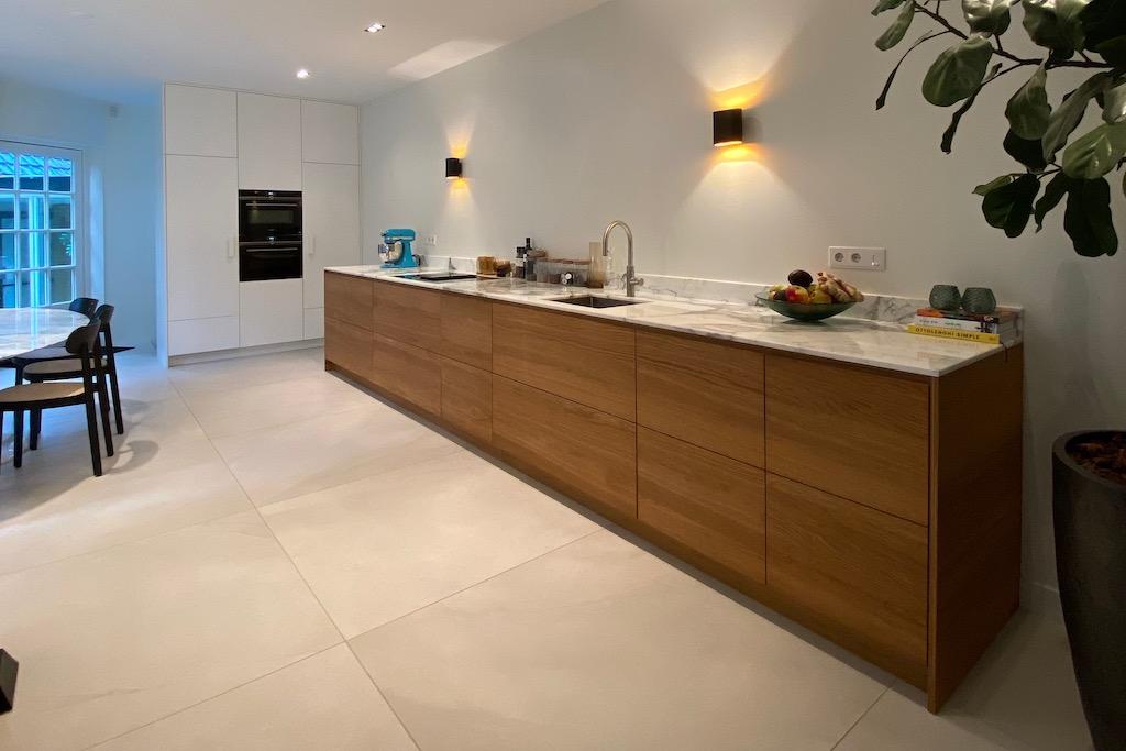 Eiken multiplex keuken met marmer. Kastenwand gepoedercoat MDF